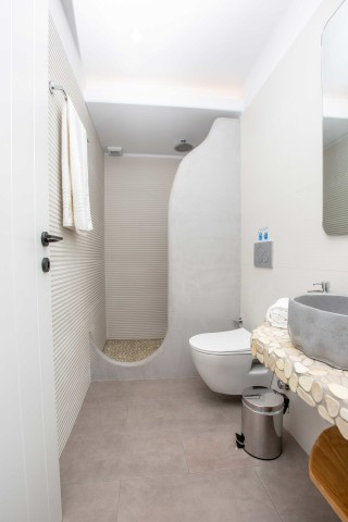 superior apartment maragas shower